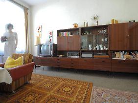 ... und ein eingerichtetes Wohnzimmer eines DDR-Haushaltes im Haus der Geschichte in Lutherstadt Wittenberg.