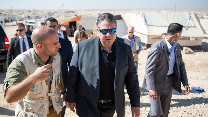 Besuch in Zaatari: Sigmar Gabriel sieht das Fluchtelend tausender Syrer mit eigenen Augen.