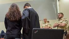 Die Angeklagte Beate Zschäpe steht im Gerichtssaal in München neben ihrem Anwalt Mathias Grasel.
