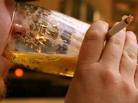 Nicht dabei: Genussmittel wie Alkohol und Zigaretten sollen nicht mehr vom Staat bezahlt werden.