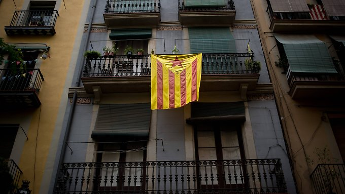 Die Flagge der autonomen Gemeinschaft Katalonien. In einer symbolischen Volksabstimmung von 2009 sprachen sich rund 95 Prozent der Teilnehmer dafür aus, dass Katalonien ein eigener Staat innerhalb der EU werden solle. Die Wahlbeteiligung lag allerdings nur bei 27 Prozent.