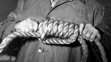 Neben Göring werden noch elf weitere Angeklagte zum Tode verurteilt. Mit Ausnahme Bormanns, der ja schon tot ist, werden sie alle von Henker John C. Wood am frühen Morgen des 16. Oktober 1946 gehenkt. Ihre Asche wird wenig später in einen Seitenarm der Isar gestreut.