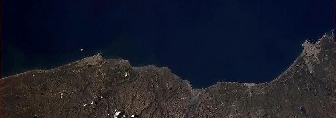 Die syrische Mittelmeerküste aus dem All (Norden ist rechts): Die Hafenanlagen von Tartus (l.) und Latakia (r.) sind gut an den vorspringenden Molen zu erkennen (Archivbild).