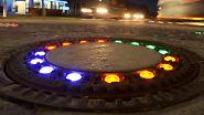 ... fünf Gullydeckel inmitten eines überfahrbaren Kreisverkehrs mit bunten LED-Lichtern zu versehen. Wer nun von Süden in die Gemeinde im Landkreis Osnabrück fährt, wird farbenfroh empfangen.