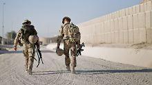 Nach der offiziellen Übergabe des Feldlagers Kundus an die afghanischen Truppen verlassen am 6.10.2013 Bundeswehrsoldaten das Camp.
