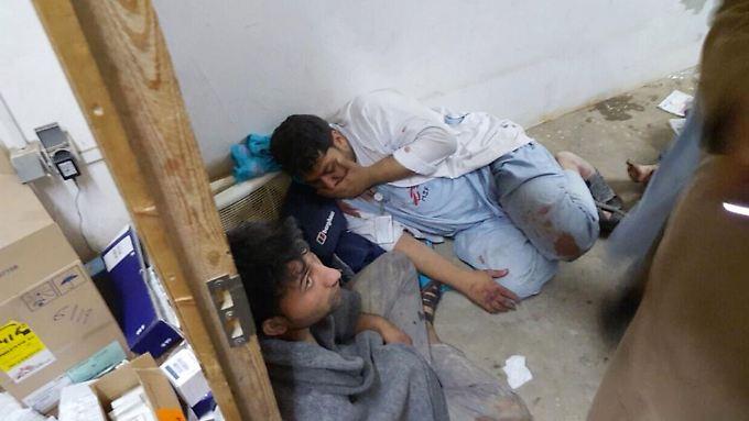 Zwei verletzte Mitarbeiter von Ärzte ohne Grenzen. Nach Angaben der Organisation haben sie nach dem Luftangriff einen Schock erlitten.