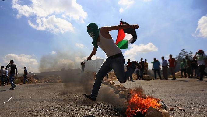 In der West Bank gibt es Auseinandersetzungen zwischen jungen Palästinensern und israelischen Soldaten. Zuvor verbietet Israel den Zugang zum Tempelberg.