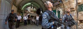 Polizisten bewachen jüdische Siedler bei einer Zeremonie in Jerusalem.