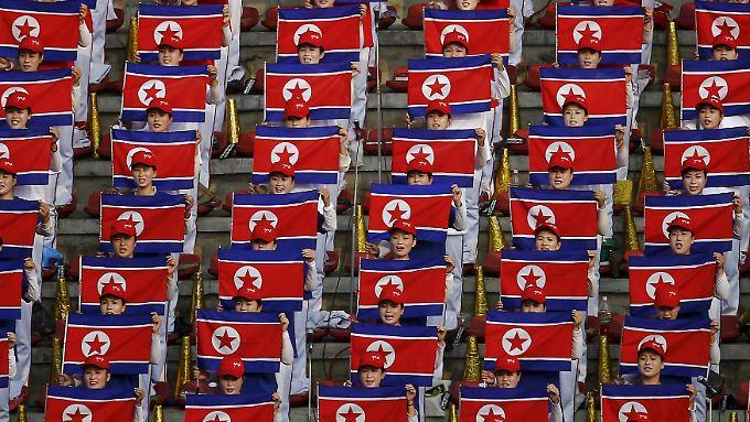 Nordkoreanische Fußballfans bei einer Partie gegen die Philippinen in Pjöngjang: Auch der Jahrestag der Partei dürfte gut durchchoreografiert sein.