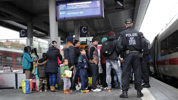 Flüchtlinge am Passauer Bahnhof. So weit sollen sie in Zukunft gar nicht mehr kommen, droht Seehofer.