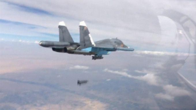Eine russische SU-34 beim Abwurf einer Bombe über Syrien.
