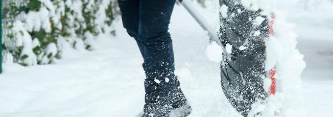 Den Gehweg vom Schnee befreien: Der Vermieter ist für den Winterdienst verantwortlich. Er kann im Mietvertrag aber seine Pflichten auf den Mieter übertragen.