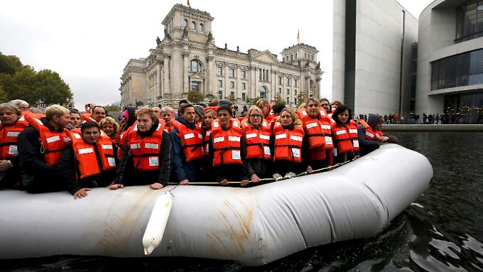 Mit 120 Personen in einem Flüchtlingsboot - einige Politiker haben es auf der Spree ausprobiert.