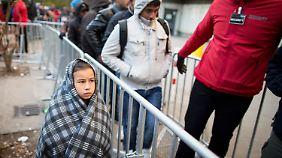 Flüchtlinge frieren vor Lageso: Hilfsorganisationen befürchten erste Kältetote