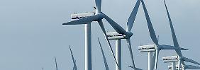 Windräder bei Klanxbüll (Schleswig-Holstein) an der Nordseeküste vor Sylt.