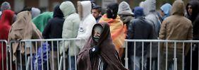 Bei kühlem Wetter warten Flüchtlinge auf ihre Registrierung und die Zuweisung eines Schlafplatzes.
