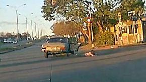 Kaum zu glauben, aber wahr: Mädchen purzelt bei illegalem Manöver aus Auto