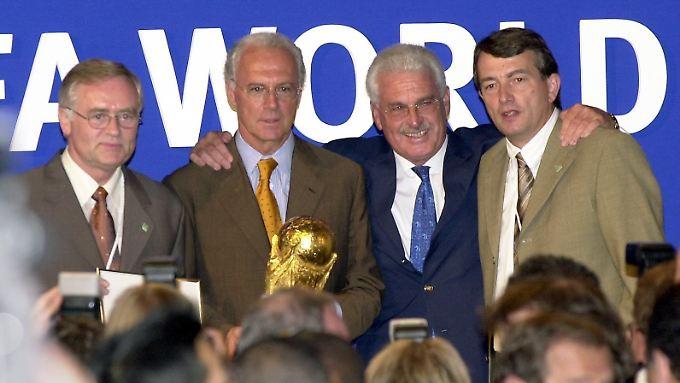Dem DFB droht durch die WM-Affäre der Verlust der Gemeinnützigkeit. Insgesamt könnte den Deutschen Fußball-Bund der Skandal bis zu 25 Millionen Euro kosten - für den eventuell die damaligen WM-Organisatoren um Franz Beckenbauer haften müssen.