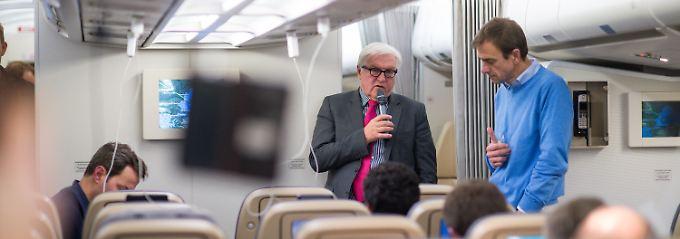 Auf dem Flug nach Teheran spricht Außenminister Frank-Walter Steinmeier mit den mitreisenden Journalisten.