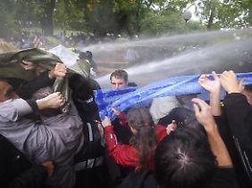 Mit Wasserwerfern gegen die Demonstranten in Stuttgart.