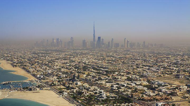 Andere Länder, strenge Sitten: In Dubai sitzt ein Schotte fest, weil er einen fremden Mann berührt hat, um seinen Drink zu schützen.