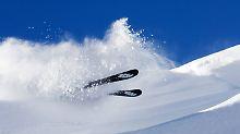 Sturz unter Kollegen: Ist der Skiunfall versichert?