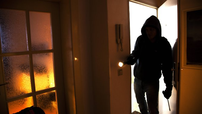 Dass Einbrecher in die Wohnung kommen, fürchten vor allem Ältere.