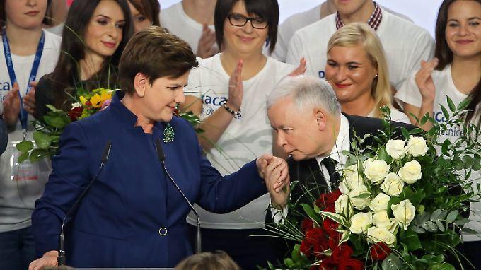 Wahlsiegerin Szydlo nimmt die Glückwünsche ihres Parteivorsitzenden Kaczyński entgegen.