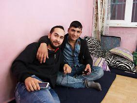 Ali Ibrahim besucht seinen Freund Marwan Barkelo im Istanbuler Viertel Aksaray. Der lebt verhältnismäßig luxuriös, muss sich das Schlafzimmer nur mit vier anderen Flüchtlingen teilen.