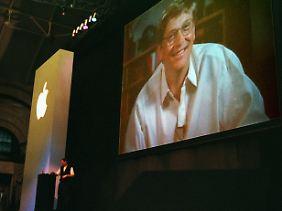 Steve Jobs und Bill Gates erläutern 1997 den Deal.
