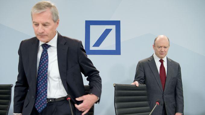 Er hatte Umbau angekündigt, jetzt macht er Umbau: John Cryan (re.) bei seinem ersten Auftritt vor der Presse, neben ihm Jürgen Fitschen.
