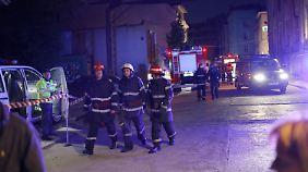 Die Feuerwehr hat alle Mühe, die Flammen in der Bukarester Diskothek in den Griff zu kriegen.