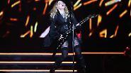 Kreuze, Käfige und kalter Kaffee: Madonna mimt die singende Märtyrerin