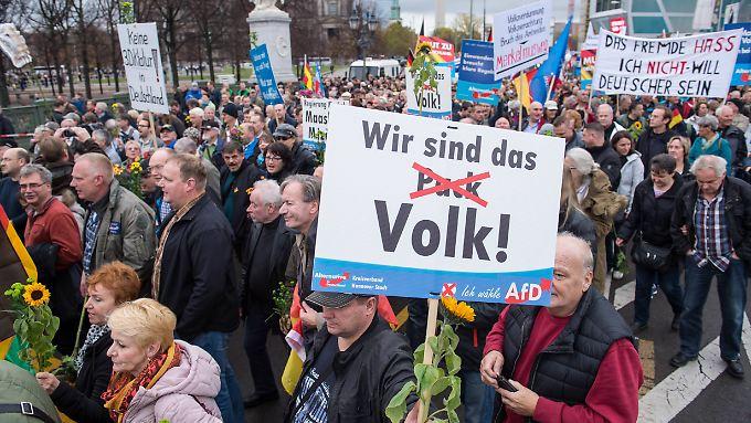 Etwa 5000 Menschen nahmen an der AfD-Demo teil - und damit fast fünfmal so viel wie bei der Gegendemo.