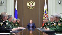 Treffen mit den Militärs am Rüstungsstandort Sotschi: Russlands Präsident Wladimir Putin (M.).