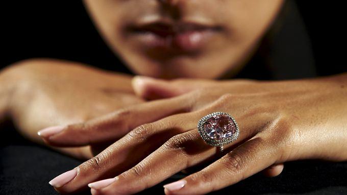 Es ist ein äußerst seltenes Stück: Der versteigerte rosa Diamant wiegt 16,08 Karat.