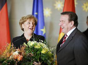 Gute Laune im Berliner Kanzleramt: Merkel übernimmt am 22. November 2005 von Gerhard Schröder die Amtsgeschäfte.