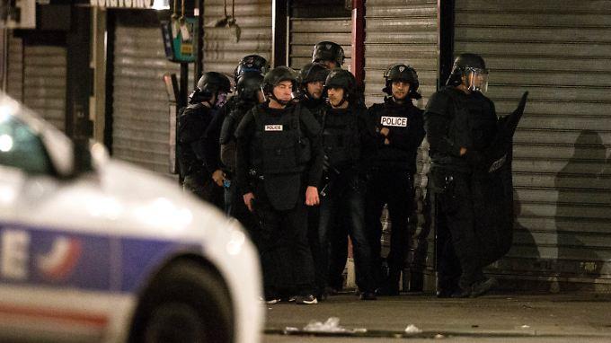 Mehrere Polizisten sind seit Stunden im Norden von Paris im Einsatz.