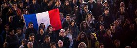 Franzosen zollen den Opfern der Anschläge von Paris Tribut.