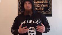 """Islamist Pierre Vogel: Öffentlich distanziert der Kölner Prediger sich von Gewalt im Namen des Islam. In seinen Videos gibt er in Form seines Pullovers mit dem Logo der Terrormiliz """"Islamischer Staat"""" jedoch ein eindeutiges Statement."""