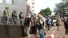 Französisches Militär an dem überfallenen Hotel.