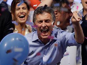 Der Sieger: Mauricio Macri, noch Bürgermeister von Buenos Aires. Hinter ihm Juliana Awada.