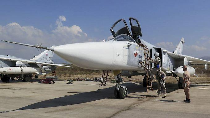 Zwei Mann im Cockpit: Russische Kampfpiloten bereiten sich auf den Start mit einer Su-24 vor (Archivbild).