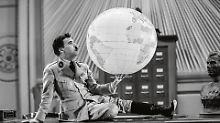 """Charlie Chaplin in einem seiner berühmtesten Filme: """"Der große Diktator""""."""