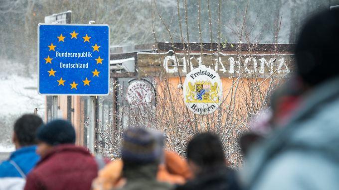 Für Flüchtlinge aus zwölf weiteren Ländern soll das Recht auf Asyl eingeschränkt werden.