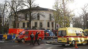 Polizisten haben die Brüsseler Moschee abgesperrt.