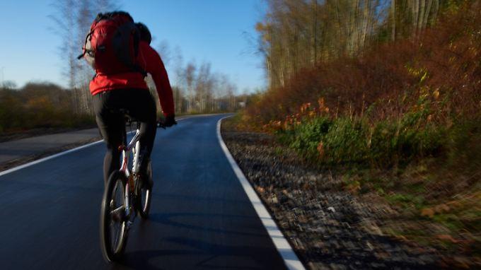 Endlich keine Staus mehr! Bis zu 50.000 Autos soll der geplante Radschnellweg von den Straßen des Ruhrgebiets fernhalten.