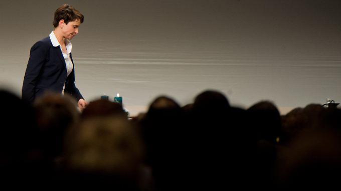 Erfolg macht einsam: AfD-Chefin Frauke Petry darf sich über gute Umfragewerte freuen, aber an Koalitionswilligen mangelt es.