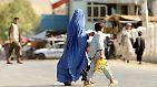Die Burka schließlich ist ein sackartiger, meist blauer Überwurf, der den gesamten Körper bedeckt. Vor den Augen ist ein gitterartiger Ausguck. Er wird in Afghanistan und Teilen Pakistans getragen.
