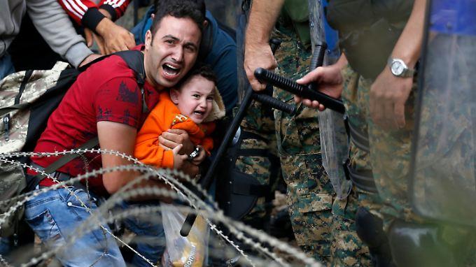 An der Grenze liegen die Nerven blank. Seit Mazedonien beschlossen hat, nur noch Syrer, Iraker und Afghanen durchzulassen, hat sich die Situation erheblich verschlechtert. Tausende Menschen sitzen fest.